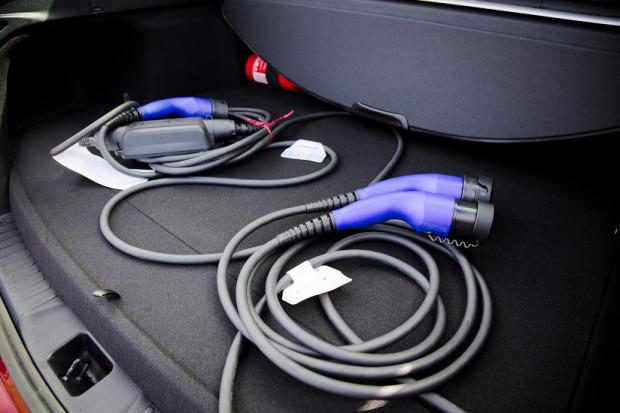 W niektórych stacjach ładujących wymagane są własne kable.