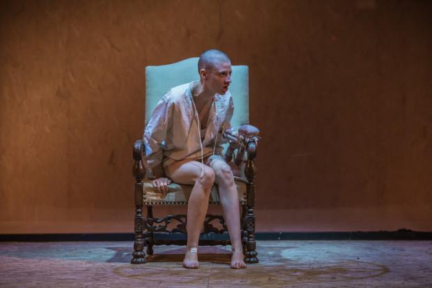 Królowa Jadwiga (Magdalena Gorzelańczyk) na tronie (sfatygowanym ozdobnym fotelu) wygląda żałośnie. To jej więzienie. Aktorce nie udaje się, niestety, zbudować roli odpowiednio silnej, by dramat Jadwigi był równie poruszający co prymitywizm i chamstwo jej męża.