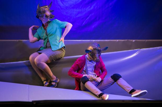 Do maksimum możliwości komediowe Świni wykorzystuje Wojciech Stachura (po prawej). Na zdjęciu w towarzystwie Agnieszki Grzegorzewskiej (Krowa).