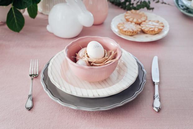 Wielkanocny stół będzie głównym miejscem spotkań z rodziną i przyjaciółmi. Warto zadbać, żeby wyglądał elegancko, ale jednocześnie wiosennie.
