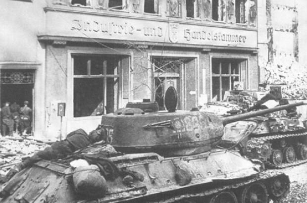 Radziecki czołg T-34 na Długim targu w Gdańsku. Marzec 1945 r.