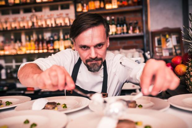 Paweł Wątor, szef kuchni i właściciel restauracji Eliksir, Wielkanoc kojarzy z kilkoma rodzajami ciast przygotowywanymi przez jego mamę i zapachem wędzonej kiełbasy, którą przyrządzał jego tata.