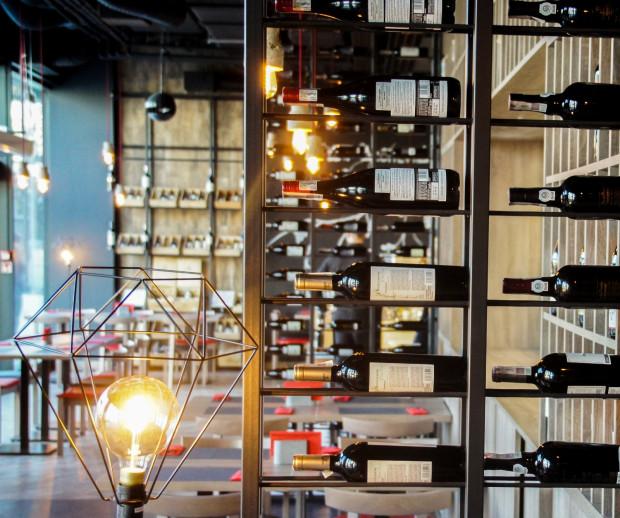 Alchemia Wina i Sugoi Sushi to dwie restauracje w jednym lokalu. Goście mogą skosztować tu zarówno prawdziwej włoskiej kuchni, jak i japońskiego sushi.