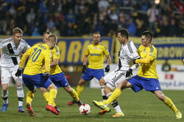 Przed rokiem Legia wygrała w Gdyni 1:0 po golu Tomasza Jodłowca (nr 3). Tego piłkarza nie ma juz w szeregach mistrzów Polski.