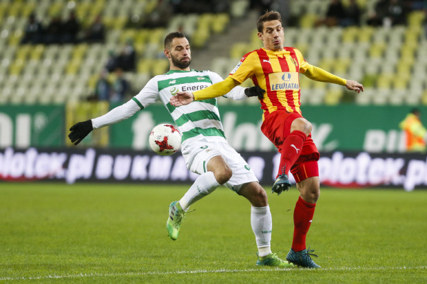 Goran Cvijanović strzelił jedynego gola meczu Korona Kielce - Lechia Gdańsk, ale także nie wykorzystał karnego, choć sędzia pozwolił mu strzelać aż dwukrotnie. Na zdjęciu Słoweniec w pojedynku z Simeonem Sławczewem.