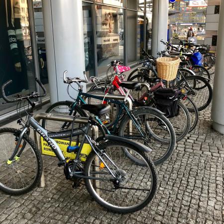 Manhattan we Wrzeszczu. To jak na razie najwyżej punktowany parking rowerowy pod dużym obiektemhandlowym w Gdańsku. Zadaszony, wygodny, solidny, w poprzednich sezonach chroniony.