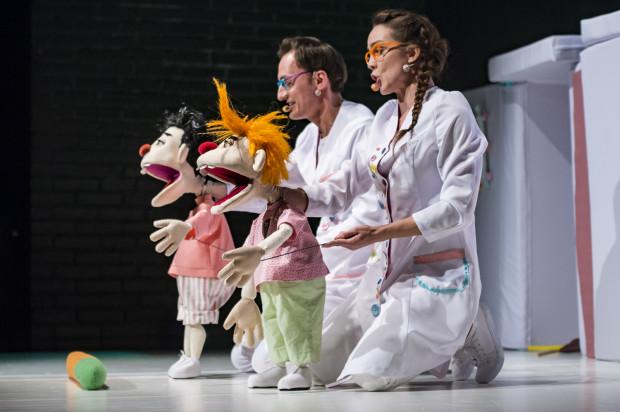 Lalki bardzo dobrze animują Mateusz Deskiewicz i Villde Valldal-Johannessen.