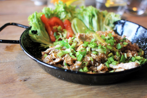 Khao pad - ryż smażony w woku z warzywami (można wybrać opcję wegetariańską, z kurczakiem albo wieprzowiną).