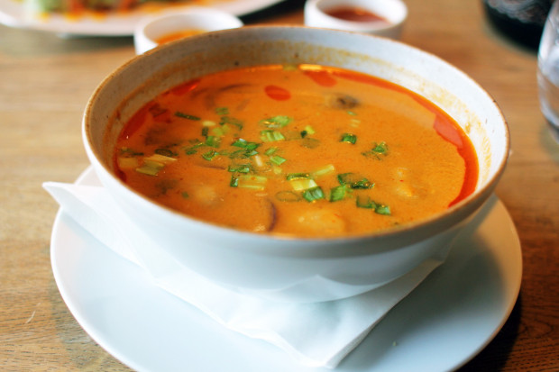 Zupa tom yum z krewetkami.