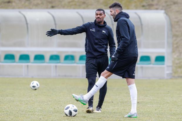 Gerson (z lewej) za kadencji Piotra Stokowca nie zagrał ani minuty i właśnie rozstał się z klubem definitywnie. Trener postawił na Stevena Vitorię (z prawej).