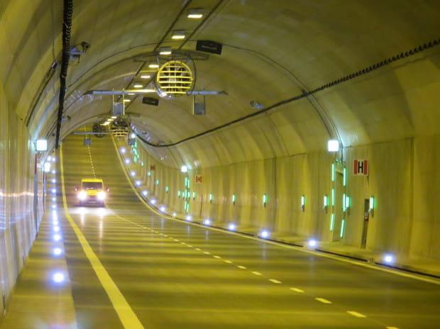 W tunelu obowiązuje bezwzględny zakaz zatrzymywania się.