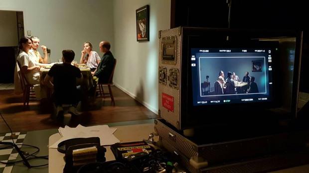 """""""Dots"""" to 23-minutowa produkcja, która w całości powstała w Australii. Za reżyserię odpowiada Eryk Lenartowicz, Polak, który w 2015 roku ukończył Gdyńską Szkołę Filmową."""