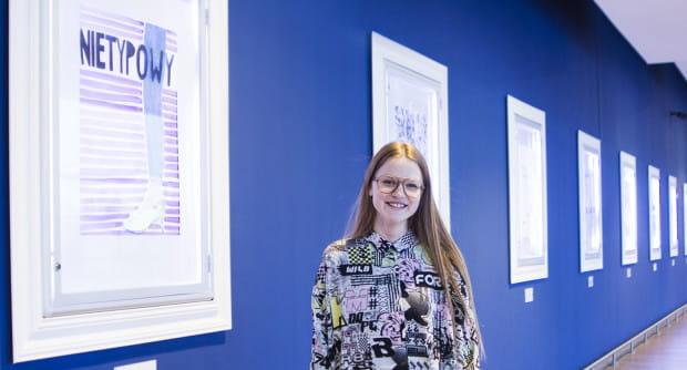 """Autorką pierwszej wystawy w """"Rivierze Sztuki"""" była Nadia Madej. Zaprezentowała swoje plakaty."""