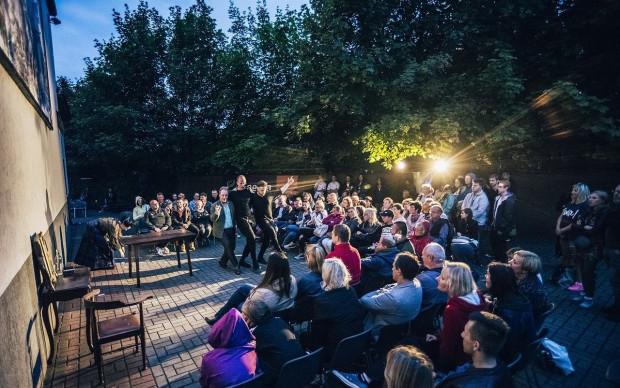 """Festiwal """"Pociąg do miasta"""" jest letnią formą wydostania się z działającego w piwnicy dworca Gdynia Główna PKP Teatru Gdynia Główna i gry w nietypowych lokalizacjach. Środki z projektu """"Lechstarter"""" pozwolą zakupić niezbędny sprzęt, by spektakle były odpowiednio nagłośnione i oświetlone."""