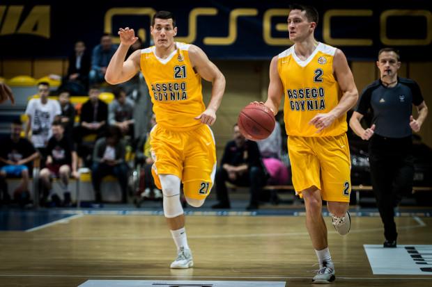 """Asseco """"przebiegło"""" się po AZS. Na zdjęciu Filip Put (z lewej) i Marcel Ponitka (z prawej)."""