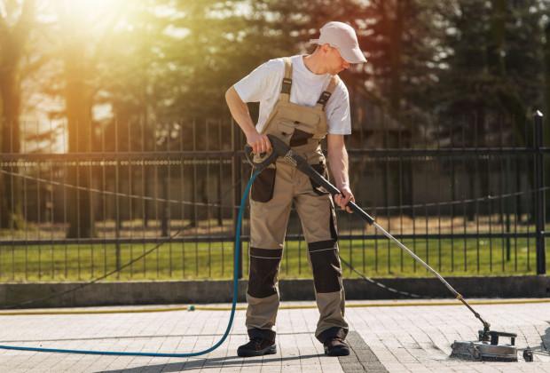 Profesjonaliści potrafią tak wyczyścić bruk, by spomiędzy pojedynczych kostek nie wypłukiwać ziemi, dzięki czemu czyszczenie jest bardziej skuteczne.