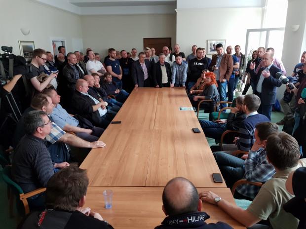 Na spotkaniu z prezesem Lisickim pojawiło się w poniedziałek rano ok. 60 niezadowolonych kierowców.