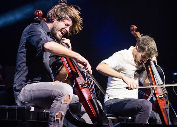 Luka Šulić i Stjepan Hauser, tworzący wybuchowy duet 2Cellos, to znakomicie wykształceni wiolonczeliści klasyczni, którzy przełamują gatunki muzyczne. Do tego są modzi, przystojni, porywają tłumy, a w występach na żywo nie mają żadnych ograniczeń.