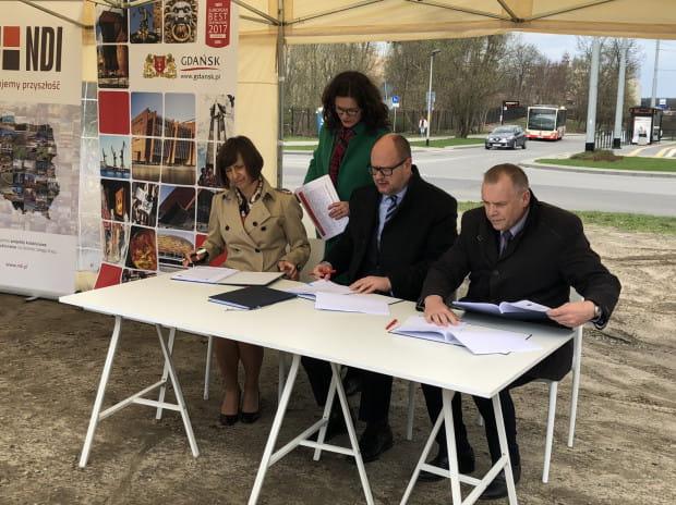 Moment podpisania umowy na budowę Nowej Bulońskiej.