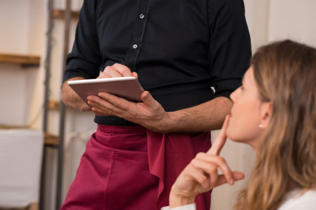 Polecanie przez kelnera dań spoza karty bez informowania o cenie potrafi skończyć się wysokim rachunkiem.