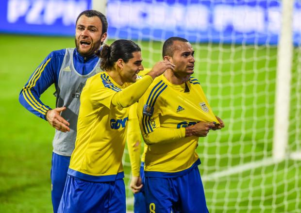 Marcus (z prawej) po zdobyciu gola na wagę awansu do finału Pucharu Polski wraz z Rubenem Jurado, który asystował przy tej bramce oraz Krzysztofem Sobierajem, kapitanem żółto-niebieskich w finale sprzed roku.