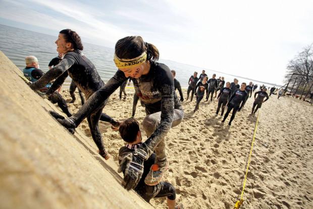 Uczestnicy gdyńskiej edycji Runmageddonu biec biegną przez plażę, morze i park Kolibki.
