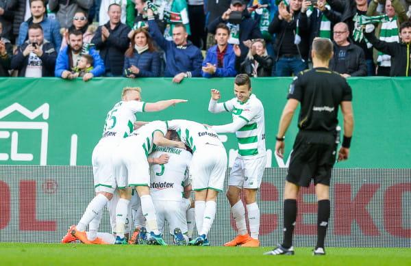 Po ośmiu poprzednich zwycięstwach w ekstraklasie w derbach Trójmiasta piłkarzom Lechii Gdańsk udało się tylko trzykrotnie wygrać kolejny mecz. Jak będzie po dziewiątym sukcesie?
