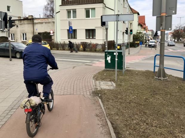 Skrzynka techniczna tuż przy przejściu dla pieszych i drodze rowerowej. Ogranicza widoczność, utrudnia przejazd. Skrzyżowanie ul. Derdowskiego i al. Grunwaldzkiej.