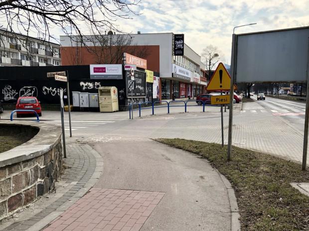 Reklamy, bariery, esowanie, zakaz jazdy na wprost, przymus zmiany strony drogi dla rowerzystów - lista grzechów infrastruktury pieszo-rowerowej tego miejsca jest długa. Róg ul. Bitwy Oliwskiej z al. Grunwaldzką.