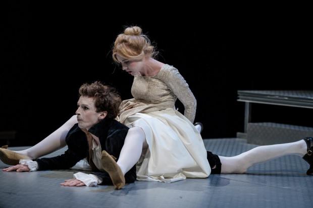 Androgeniczny Petruchio (Mateusz Trzmiel) jest postacią dużo ciekawszą niż Katarzyna, grana przez trzy aktorki (co dowcipnie i sprawnie wkomponowano w akcję spektaklu).