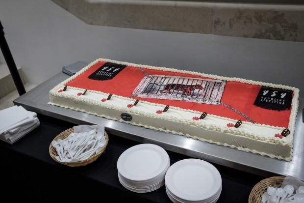 Nie zabrakło urodzinowego tortu serwowanego widzom po wyjściu z przedstawienia.