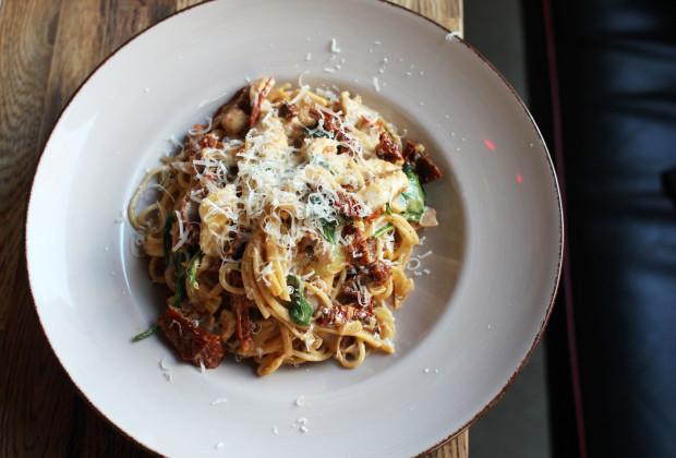 Spaghetti z kurczakiem i suszonymi pomidorami.