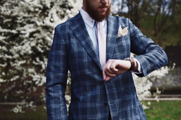 W modzie męskiej nadal panuje klasyczna elegancja. Pojawiają się jednak odważne kolory i wyraziste dodatki.