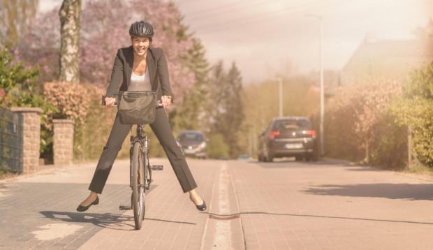 Dojazd do pracy rowerem pozwala zaoszczędzić czas spędzony na staniu w korkach.