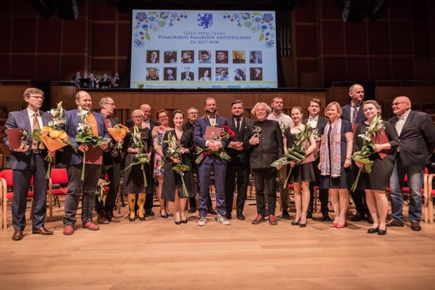 Laureaci i nominowani do Pomorskiej Nagrody Artystycznej za 2017 rok podczas zdjęcia zbiorowego.