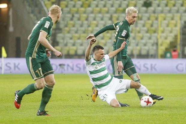 Sławomir Peszko liczy się z tym, że we Wrocławiu może oddać opaskę innemu piłkarzowi Lechii Gdańsk, a trener Lechii Gdańsk dodaje, że nie tylko kapitan ma być liderem drużyny.