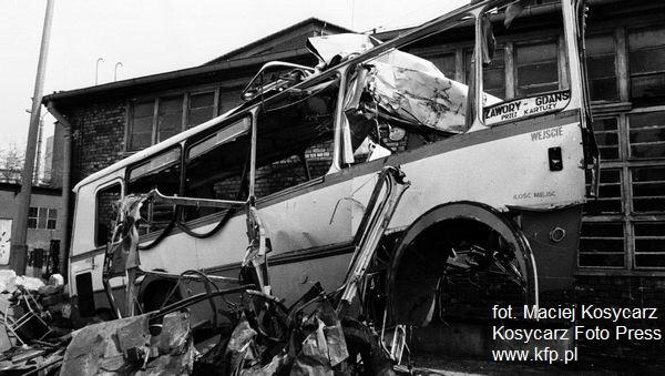 Wrak autobusu w zajezdni PKS Gdańsk po katastrofie drogowej 2 maja 1994 r.