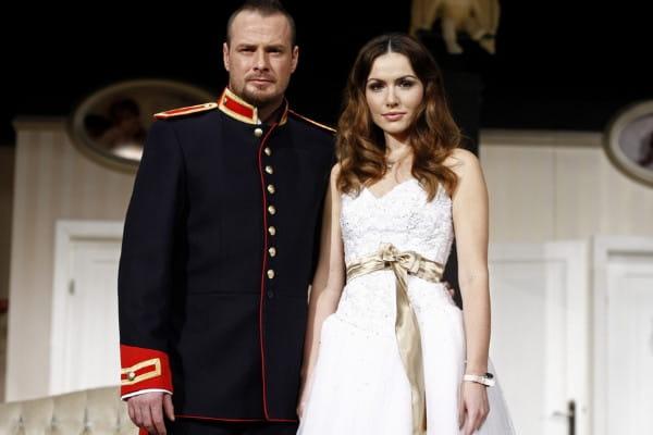 """""""Ślub doskonały"""" warszawskiego Teatru Kwadrat jest zwariowaną komedią z kilkoma znanymi aktorami. Spektakl do obejrzenia 7 maja w Teatrze Muzycznym w Gdyni."""