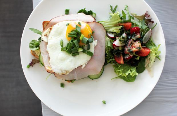 Serwus słynie ze śniadań, ale czy całe poranne menu jest godne polecenia? Sprawdzamy to.