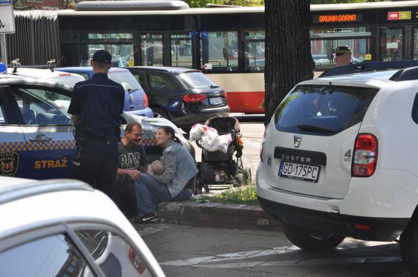 Kobieta oraz jej partner jeszcze dziś zostaną doprowadzeni na komisariat policji. Pijani zajmowali się 5-miesięcznym dzieckiem w centrum miasta.