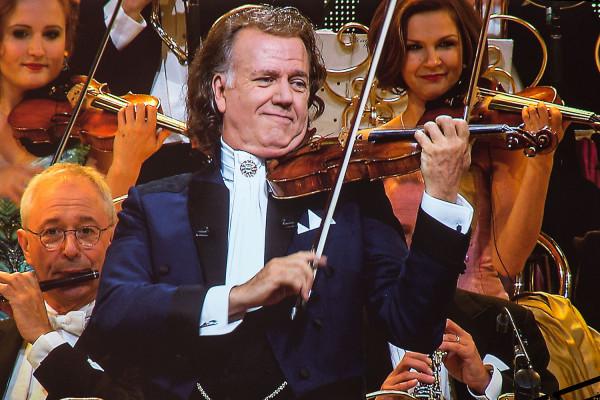 Holenderski skrzypek gra na skrzypcach Stradivariusa z 1732 roku.