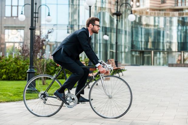 Praca, jaką wykonujemy podczas przemieszczania się rowerem poprawia naszą kondycję.