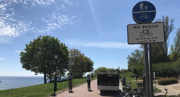 Na Promenadzie Marysieńki w Orłowie oznakowanie zakazuje jazdy rowerem w ciągu dnia w sezonie letnim.