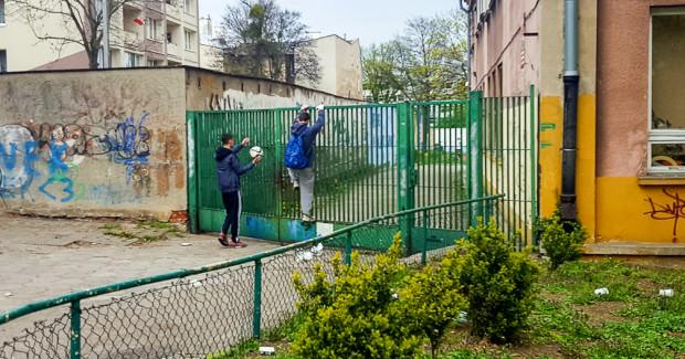 Dzieci próbujące dostać się na zamknięte boisko przy Szkole Podstawowej nr 17.