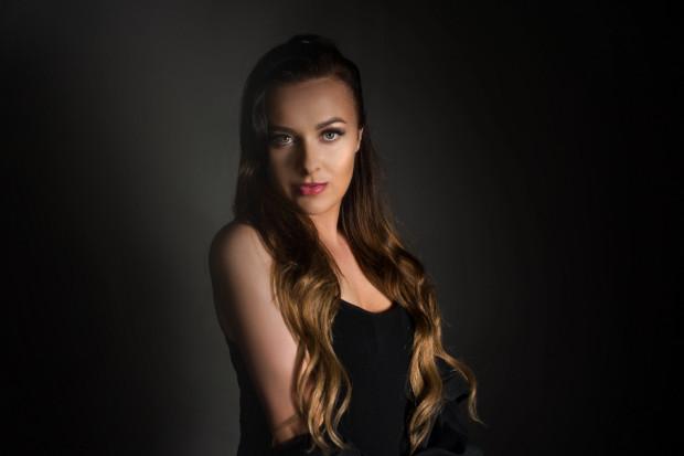 Ewelina Pobłocka wcieliła się w rolę Ariany Grande. W sieci jest już teledysk zapowiadający projekt.