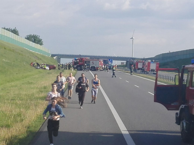 Grupa studentów AMW pomogła poszkodowanym w wypadku na A1.