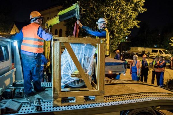 Nowa pompa z Holandii przyjechała do Gdańska w nocy. Cały czas jest instalowana w sali pomp oczyszczalni na Ołowiance.