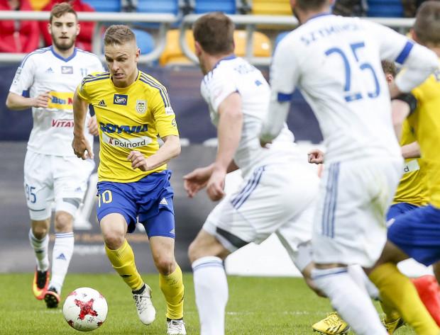 Mateusz Szwoch podpisał 3-letni kontrakt z Wisłą Płock. Na zdjęciu pomocnik w barwach Arki Gdynia w meczu przeciwko tej drużynie.