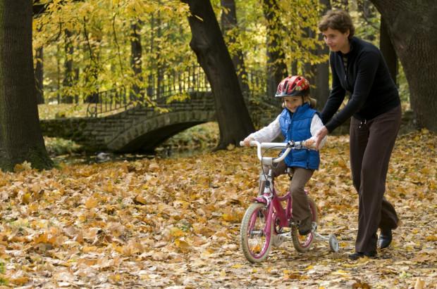 W nauce jazdy na rowerze to częściej nie dzieci, lecz rodzice czują opory i lęki.