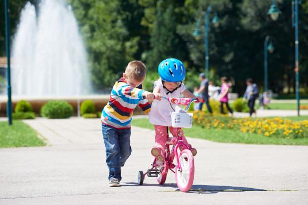 Jeżeli dziecko nie miało wcześniej do czynienia z rowerkiem biegowym, to oczywiście na początku boczne kółka należy zostawić, aby dziecko czuło się bezpiecznie.